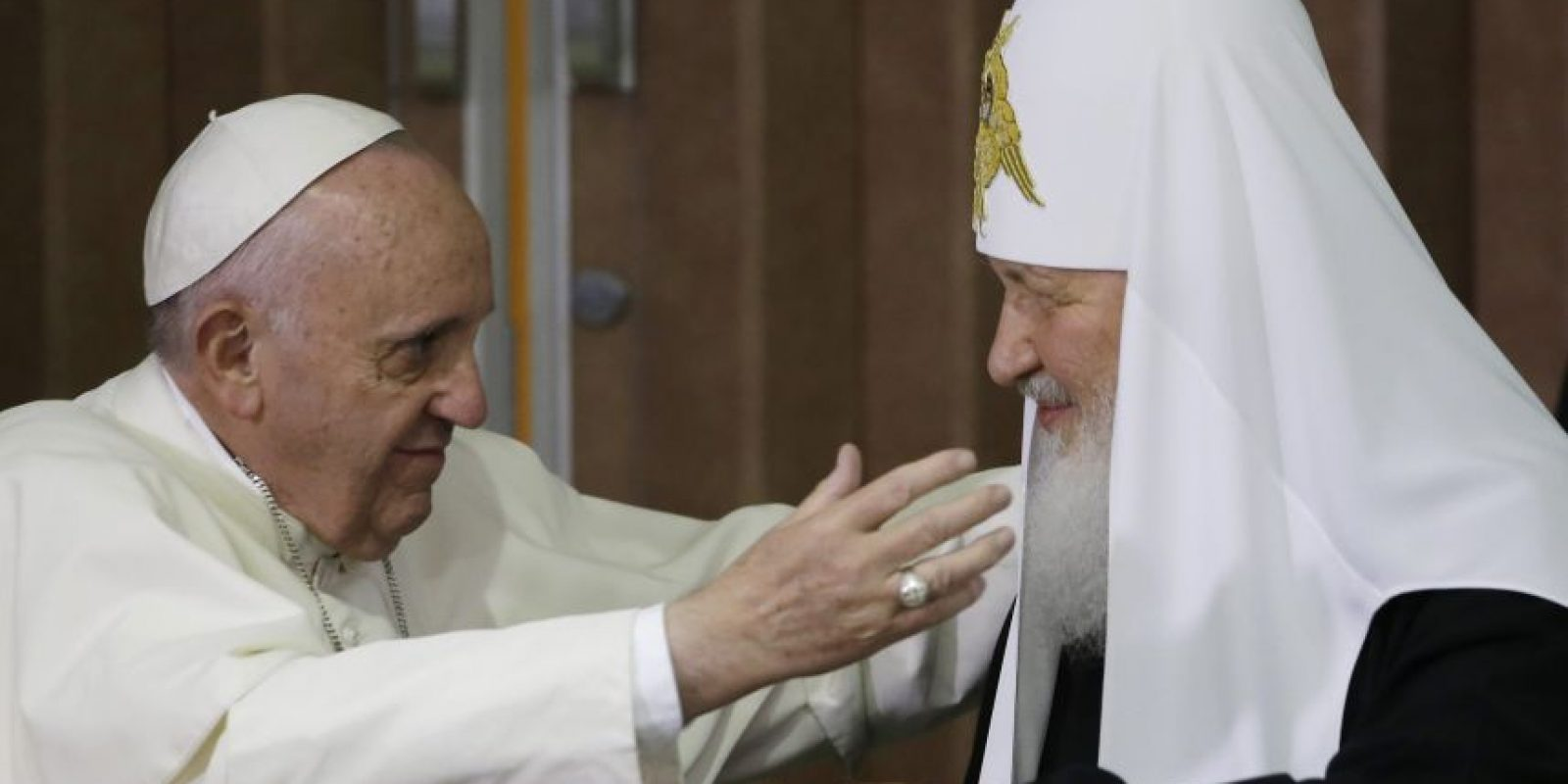 El Papa Francisco y el patriarca ortodoxo de Moscú, Cirilo I, se dieron hoy un histórico abrazo en la sala presidencial del aeropuerto José Martí de La Habana, en el primer encuentro entre un pontífice romano y un patriarca ruso. Foto:AP