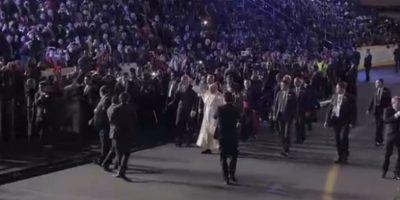 Contrario a los estrictos protocolos del Vaticano, el Papa salió de la alfombra roja tras los gritos de la multitud que lo esperaba que pedían una bendición, además saludó a los músicos que cantaron en la recepción, bendijo a un niño y se puso el sombrero de charro del mariachi. Foto:Especial