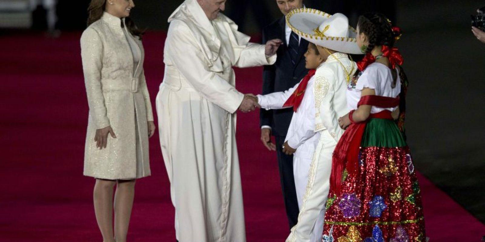 Como la agenda lo marcaba, el presidente Enrique Peña Nieto y su esposa recibieron al Pontífice. Foto:AP
