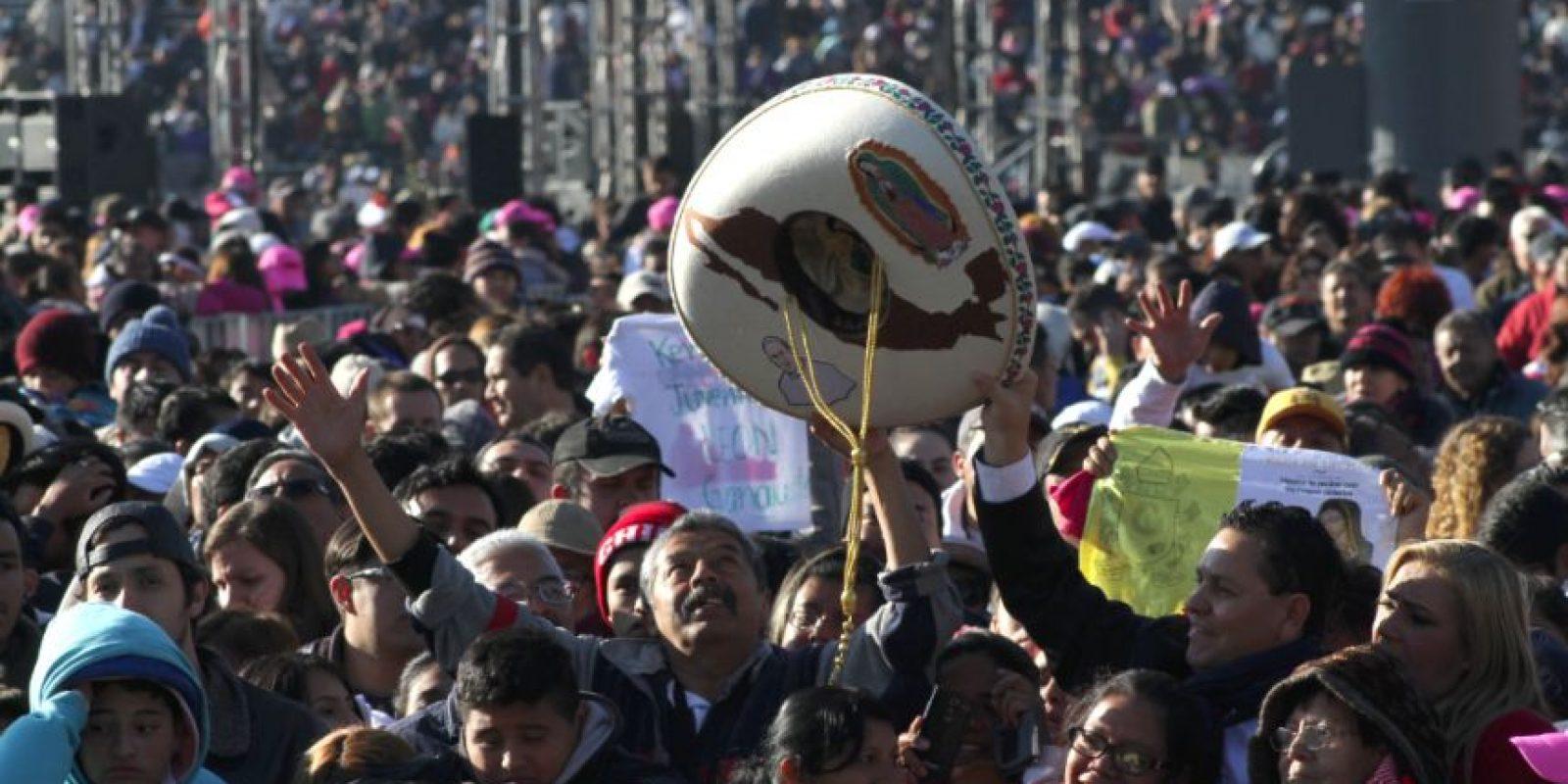 Miles de feligreses saludan con júbilo al Santo Pontífice y es notorio el incremento de las personas que han salido a las calles para verlo pasar Foto:Nicolás Corte/ Publimetro