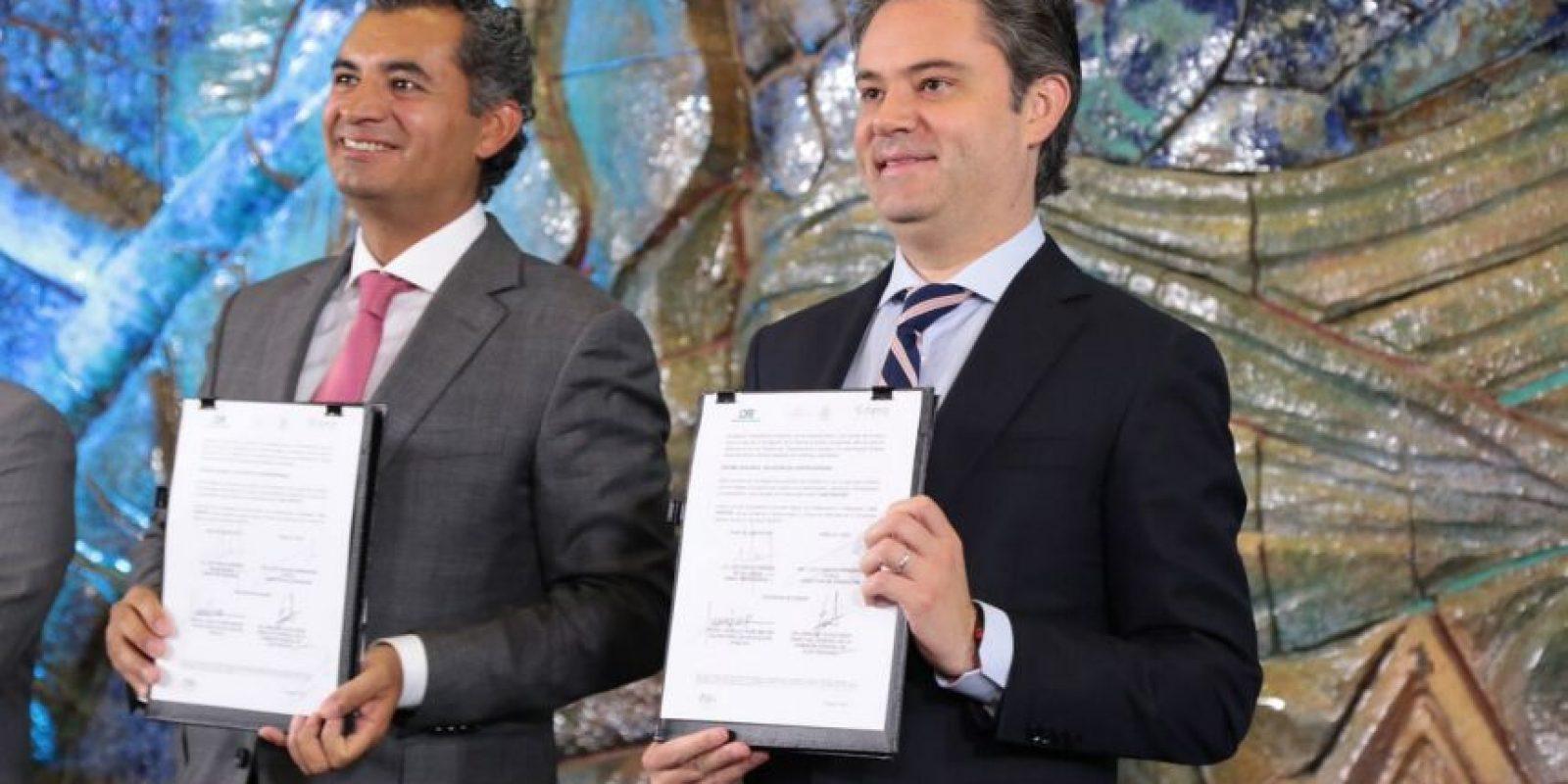 El director general de la CFE, Enrique Ochoa Meza y el secretario de Educación Pública, Aurelio Nuño tras la firma del convenio. Foto:Escpecial