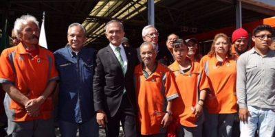 Miguel Ángel Mancera, Jefe de Gobierno del Distrito Federal, durante la rehabilitación de cinco trenes del Metro Foto:@ManceraMiguelMX