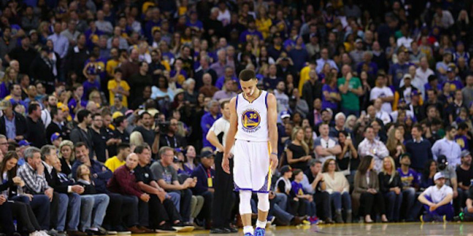Stephen Curry falló un intento de tres puntos que le habría dado vida a los de Golden State Foto:Getty Images