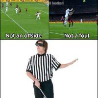 Él árbitro del Clásico: No es fuera de lugar, no es falta. Foto:Vía twitter.com/TrollFootball