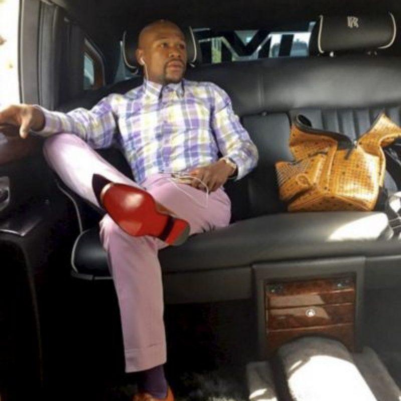 Es adicto a comprar zapatos. Suele adquirir en una compra hasta 20 pares que usa sólo una vez y luego, los regala. Foto:Vía instagram.com/floydmayweather