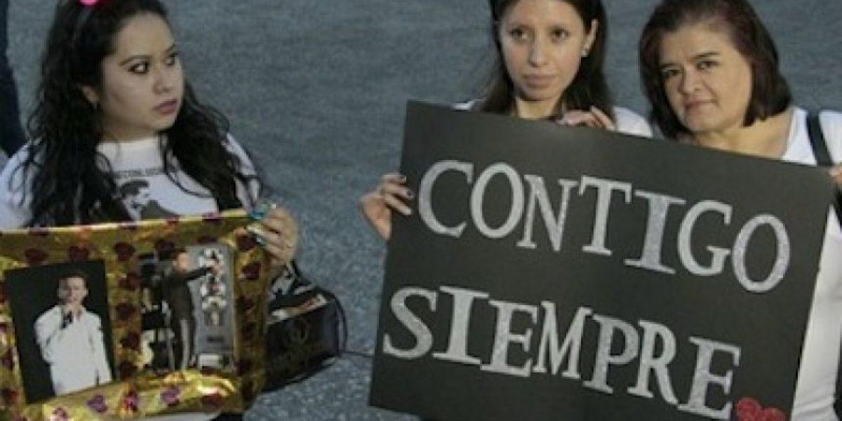 Fans manifiestan su apoyo a Luis Miguel en el Auditorio Nacional
