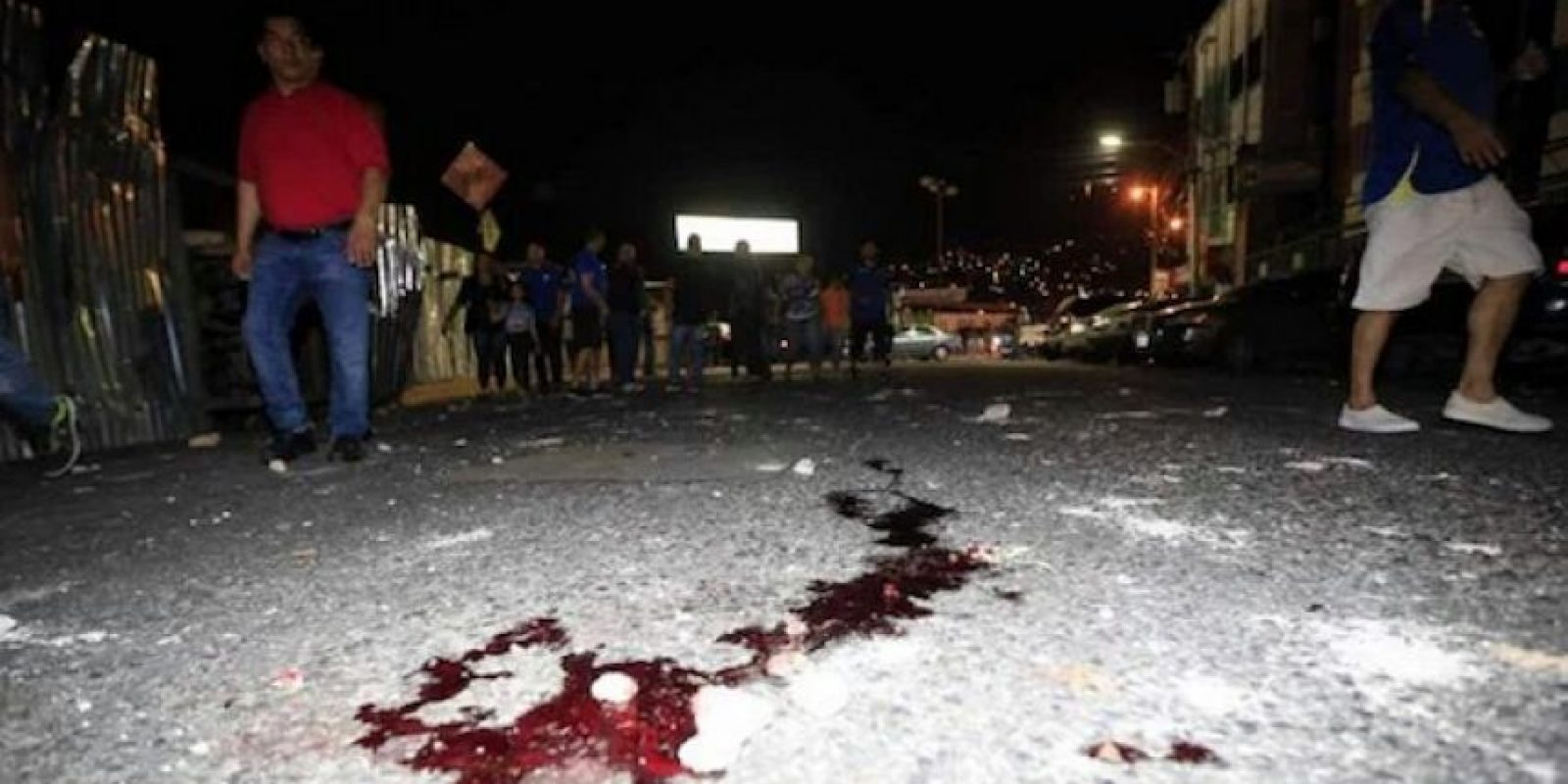 Así se veía el suelo de las calles en Honduras, tras el enfrentamiento de hinchadas Foto:Twitter