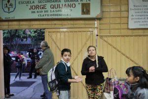 Al entar a los colegios desinfectaron sus manos con gel antibacterial. Foto:Cuartoscuro