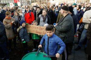 Por eso los ciudadanos se dieron cita junto al Parlamento de Reikiavik para manifestarse Foto:AP