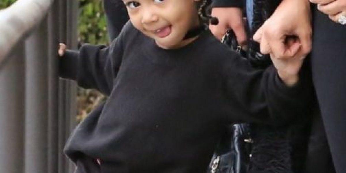 Kim Kardashian prefirió su celular que levantar a North West del suelo