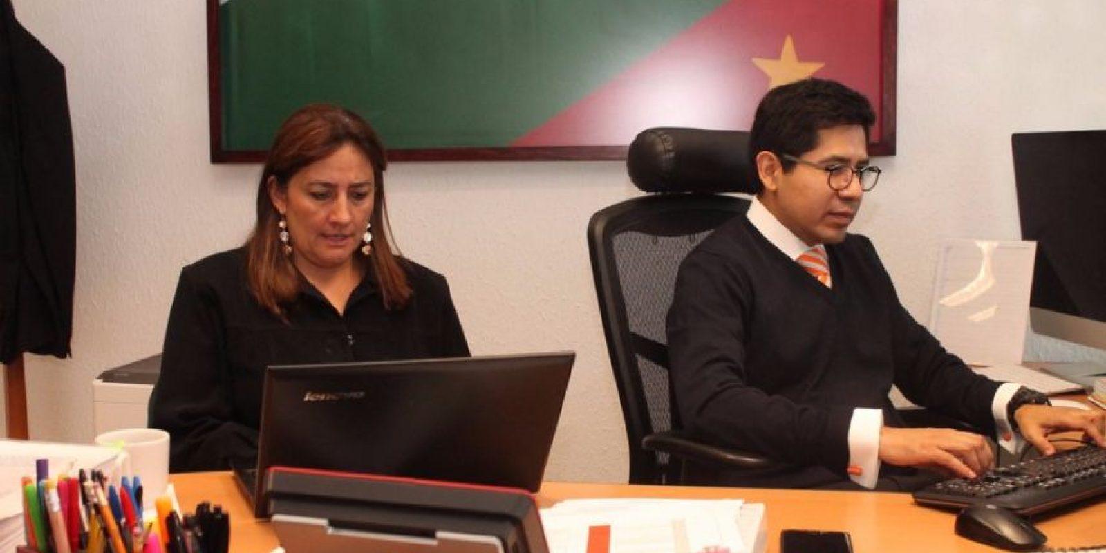 Eber Betanzos, subprocurador de Derechos Humanos Prevención del Delito y Servicios a la Comunidad de la PGR durante la reunión con Ángela Buitrago, integrante del Grupo Interdisciplinario de Expertos Independientes (GIEI). Foto:@PGR_mx