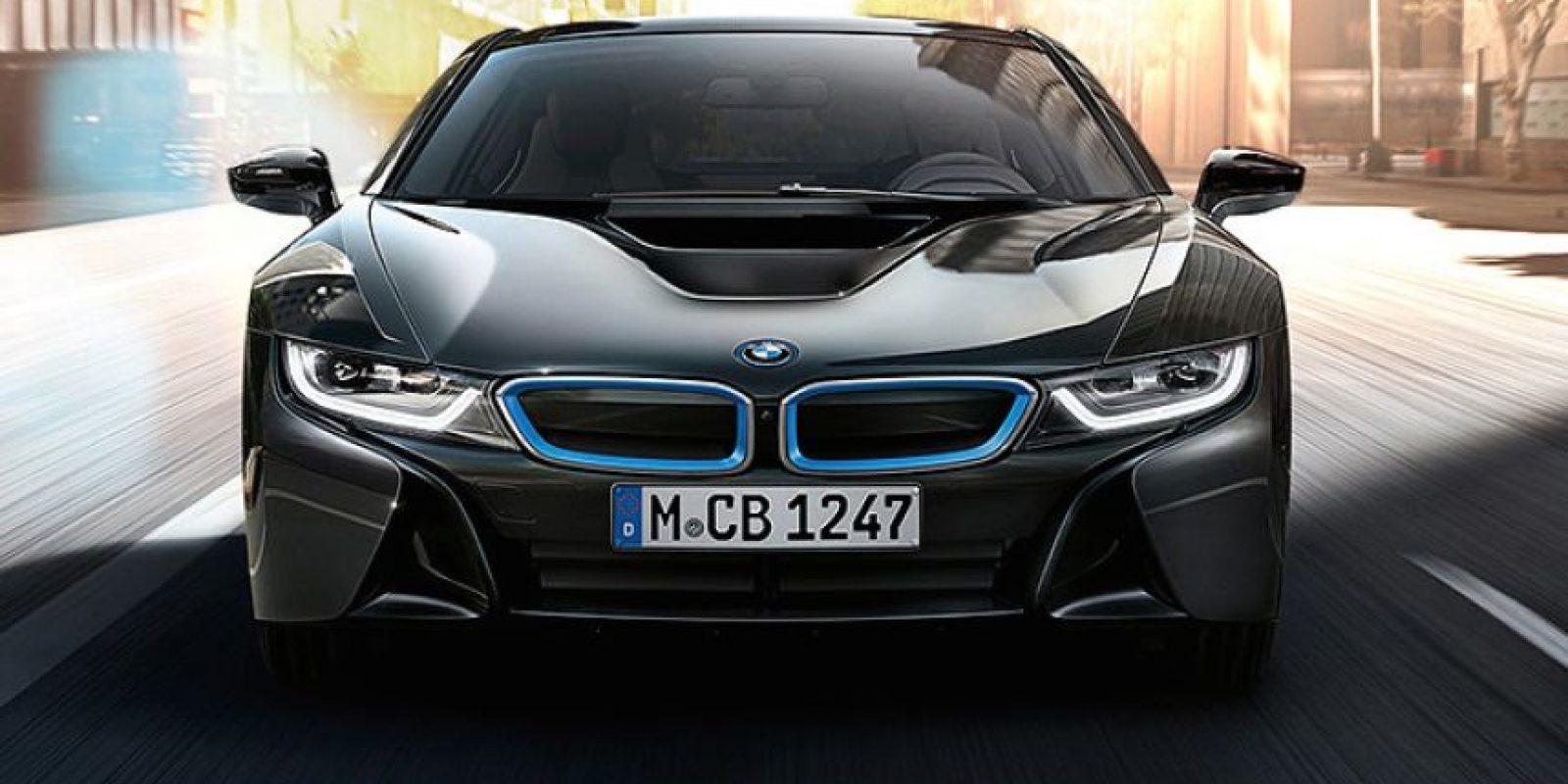 BMW i8. Presenta una autonomía de 37 kilómetros en modo únicamente eléctrico. Motor tricilíndrico a gasolina turbocargado de 1.5 litros = 231 hp, acoplado a un eléctrico que agrega 129 hp y de 69 hasta 184 lb-ft de torque, depende modo de manejo. Precio desde dos millones 506 mil 900 pesos. Foto:BMW