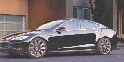 Tesla S. Un sedán de lujo, y ofrece tres versiones a solicitud de su bolsillo: 70D, 85D y P85D Performance, y cada uno está propulsado por tracción trasera o en las cuatro ruedas (a demanda), con diferencia de entrega de potencia: desde los 259 hp en motor delantero y trasero, y 525 Nm de torque. Precio: lo apartas con 80 mil pesos, cuesta más de 70 mil dólares. Foto:Tesla