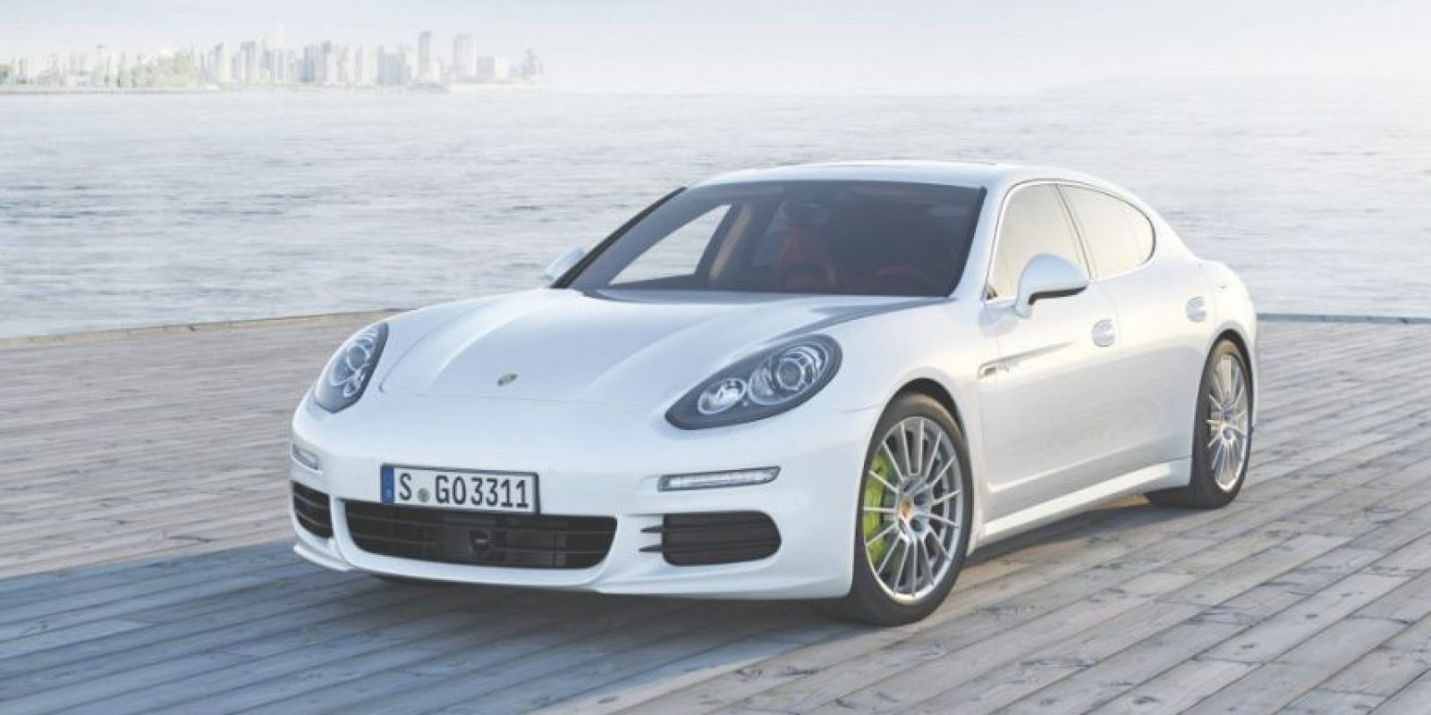 Porsche Panamera S-E Hybrid. Está propulsado por un motor V6 sobrealimentado ayudado de un eléctrico, y puede alcanzar los 135 kilómetros por hora sin necesidad de utilizar el motor de gasolina reduciendo a cero las emisiones contaminantes. Precio: poco más de 130 mil dólares.