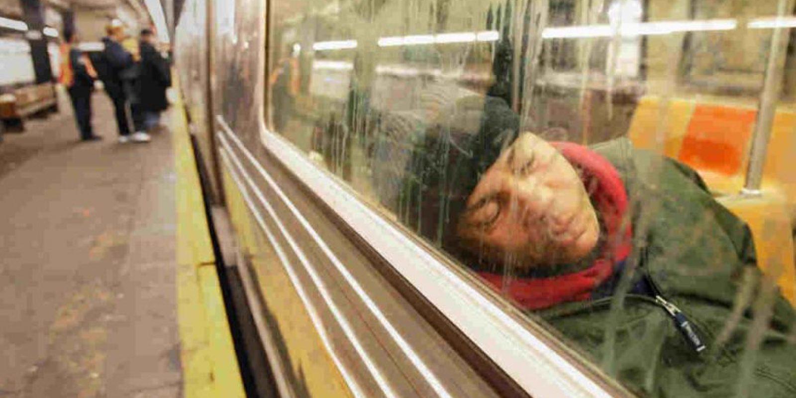 Muchos pasan parte de la noche en el móvil. Foto:Getty Images
