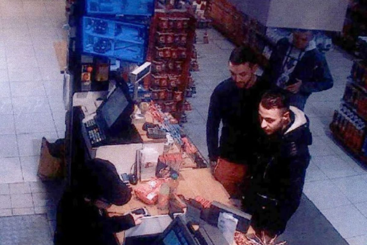 Las autoridades identificaron a Abrini (I) en una tienda con Salah Abdeslam (D), sospechoso en el ataque de París de 13 de noviembre. Foto:AFP