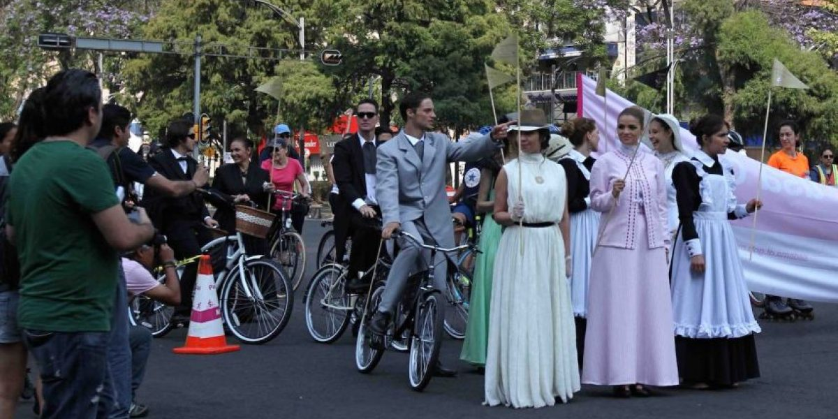 """Pasean en bicis antiguas para promocionar """"El Hotel de los Secretos"""""""