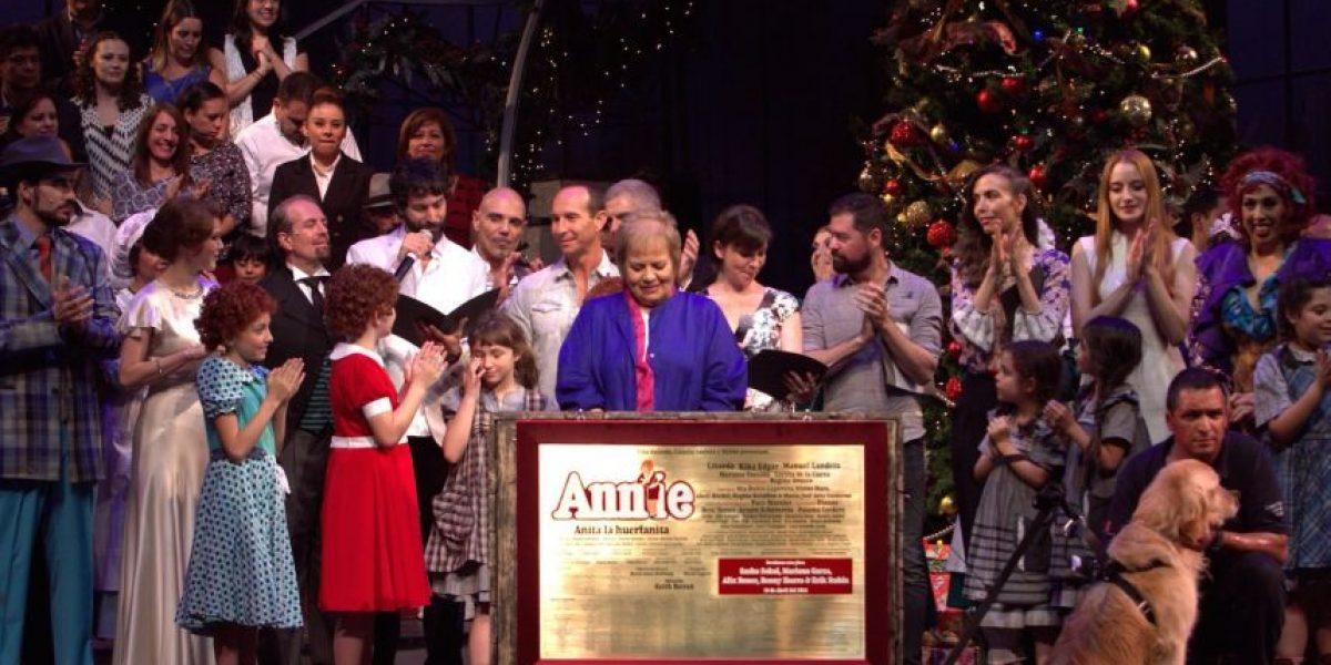 "Ex Timbiriches develan placa por 100 representaciones de ""Annie"""