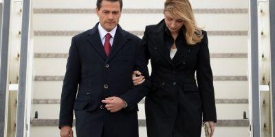 El presidente Enrique Peña Nieto y su esposa, Angélica Rivera, bajan las escalinatas del avión presidencial a su llegada a Berlín