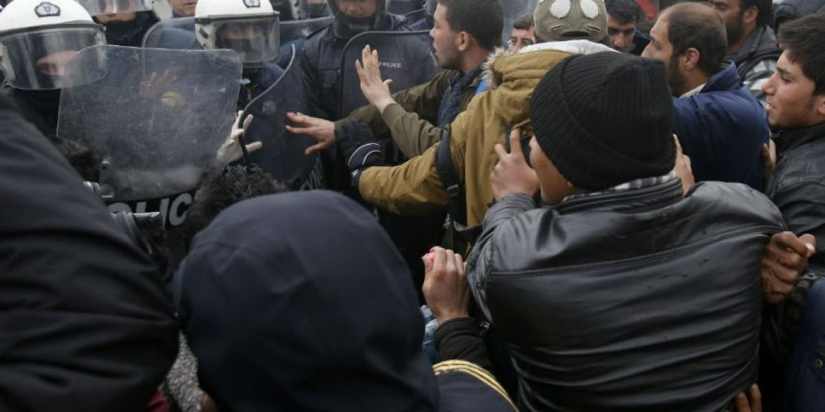 Policía reprime con gases a migrantes en frontera de Macedonia