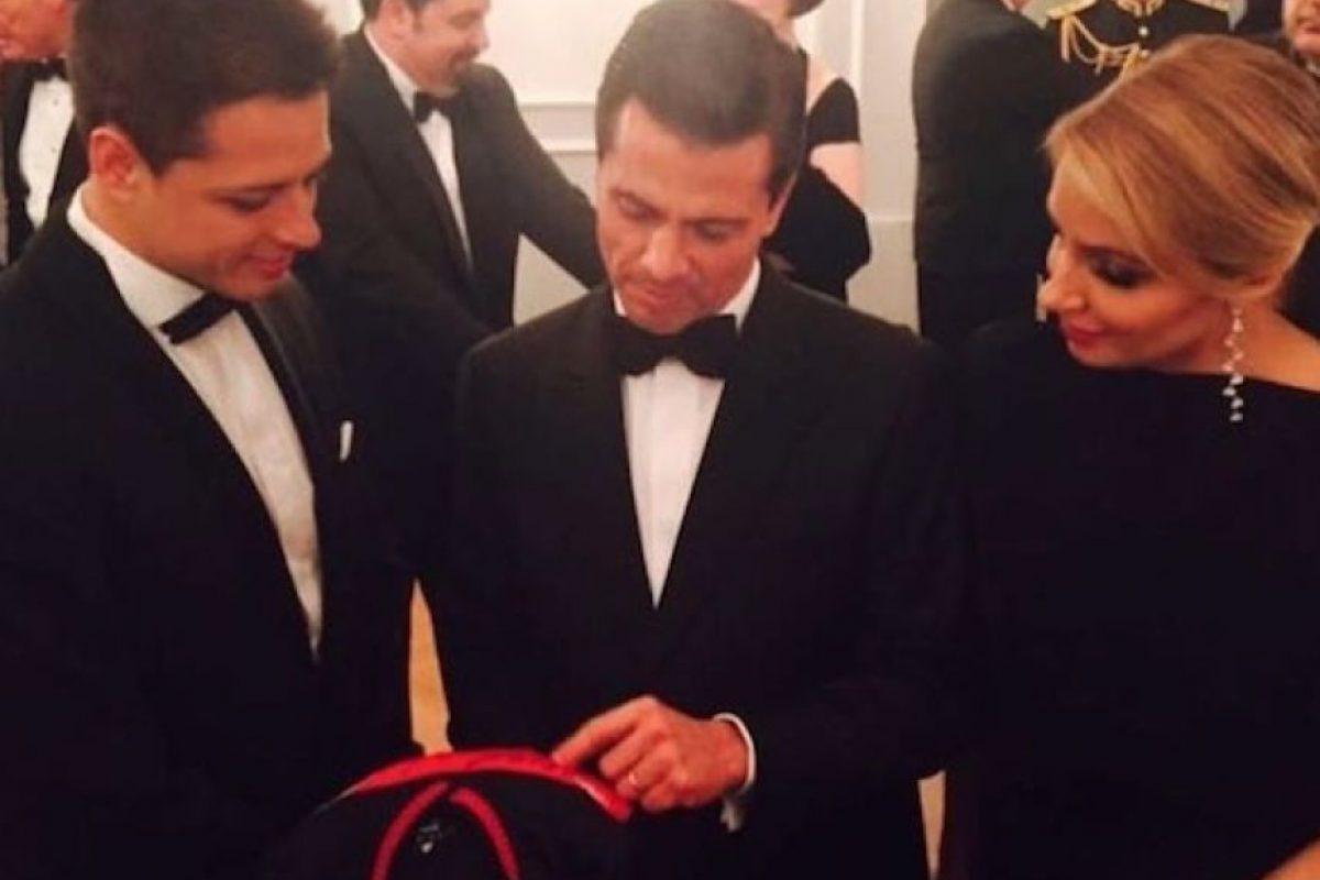 Javier Hernández con Enrique Peña Nieto y Angélica Rivera. El futbolista le obsequió un playera al Presidente. Foto:Instagram/gchicharito14