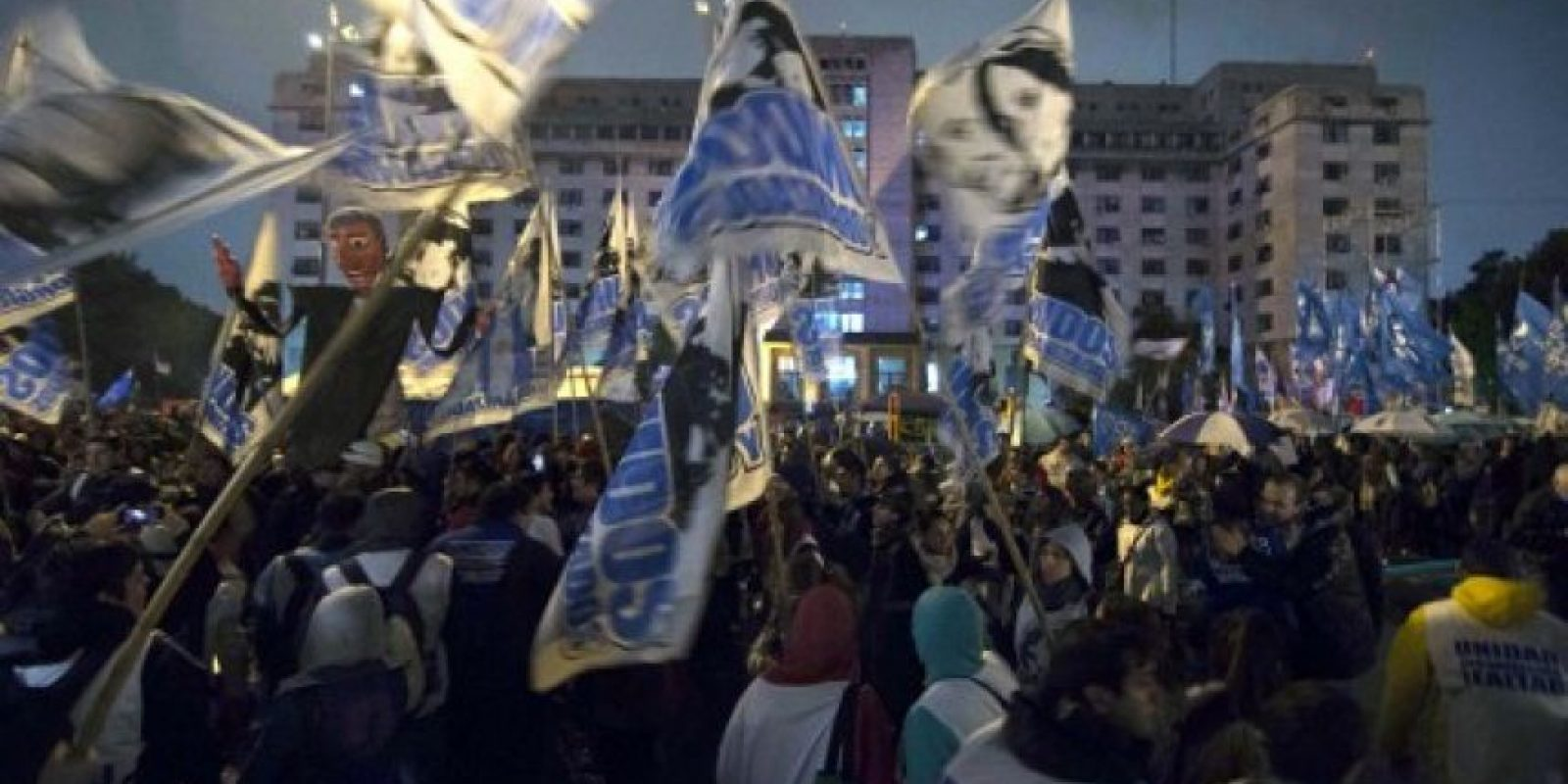 Con este instó a los argentinos a exigir lo que merecen. Foto:AP