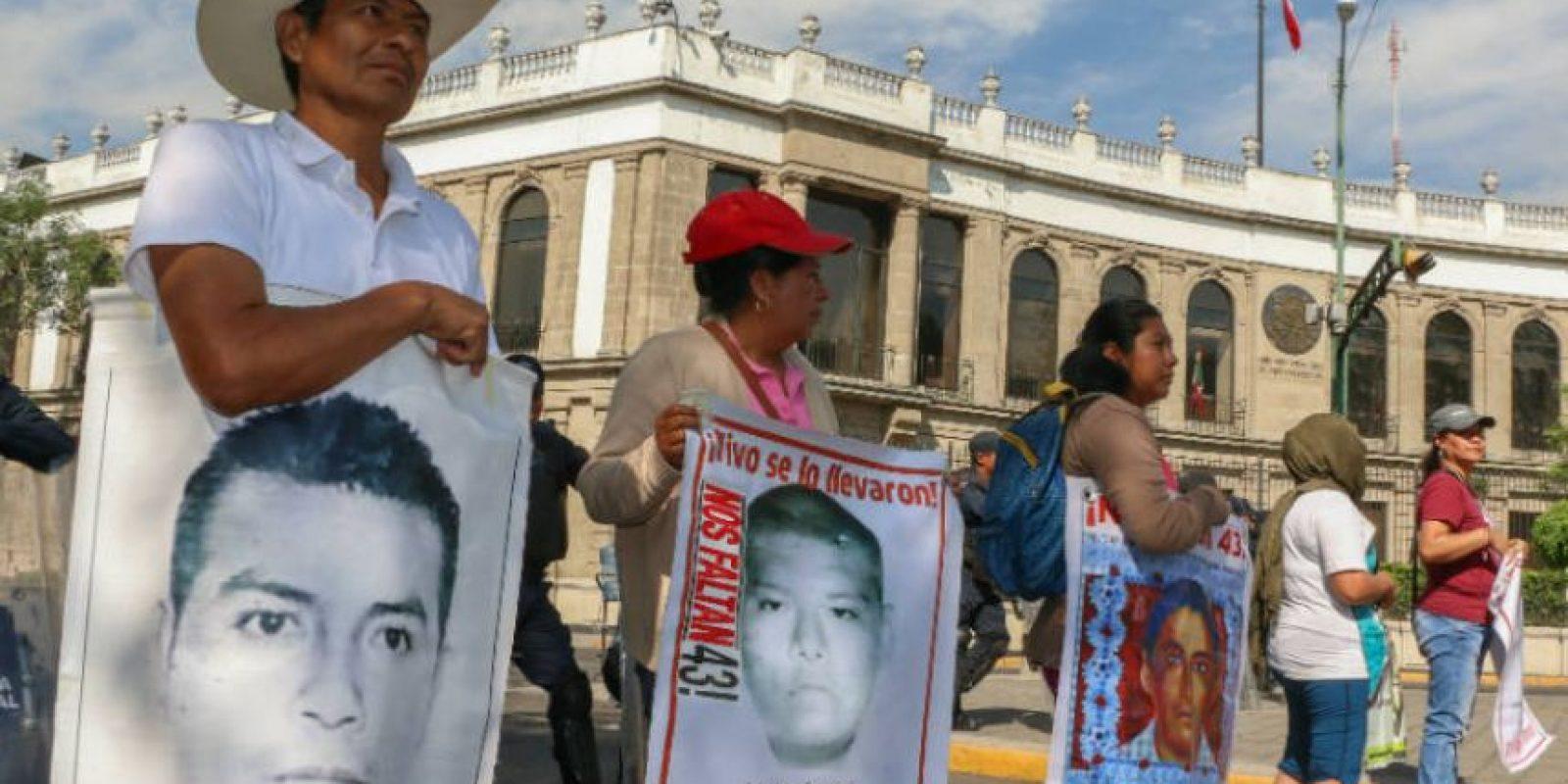 Padres de los 43 protestan en la Segob Foto:Cuartoscuro