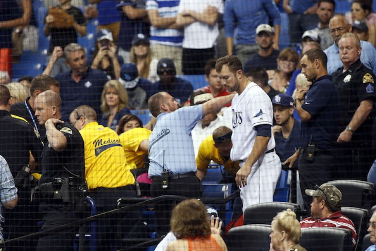 Mujer recibe pelotazo en juego de MLB Foto:Getty Images