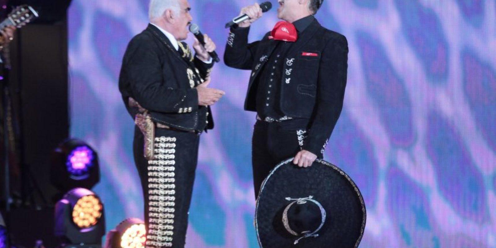 Vicente Fernanández compartió el escenario con su hijo Alejandro. Foto:Notimex