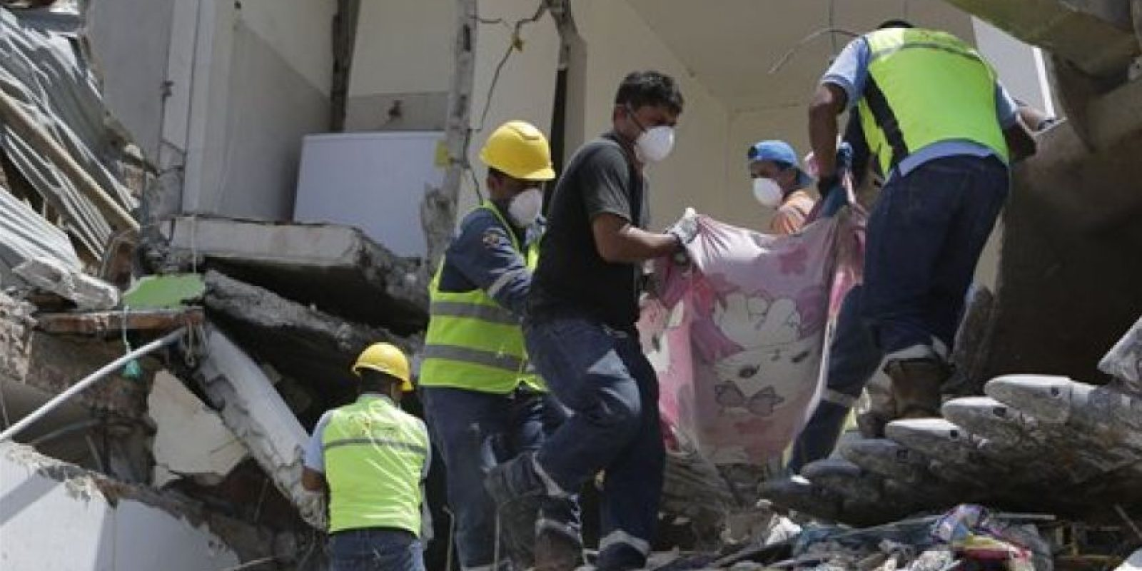Las autoridades continúan buscando víctimas. Foto:AP