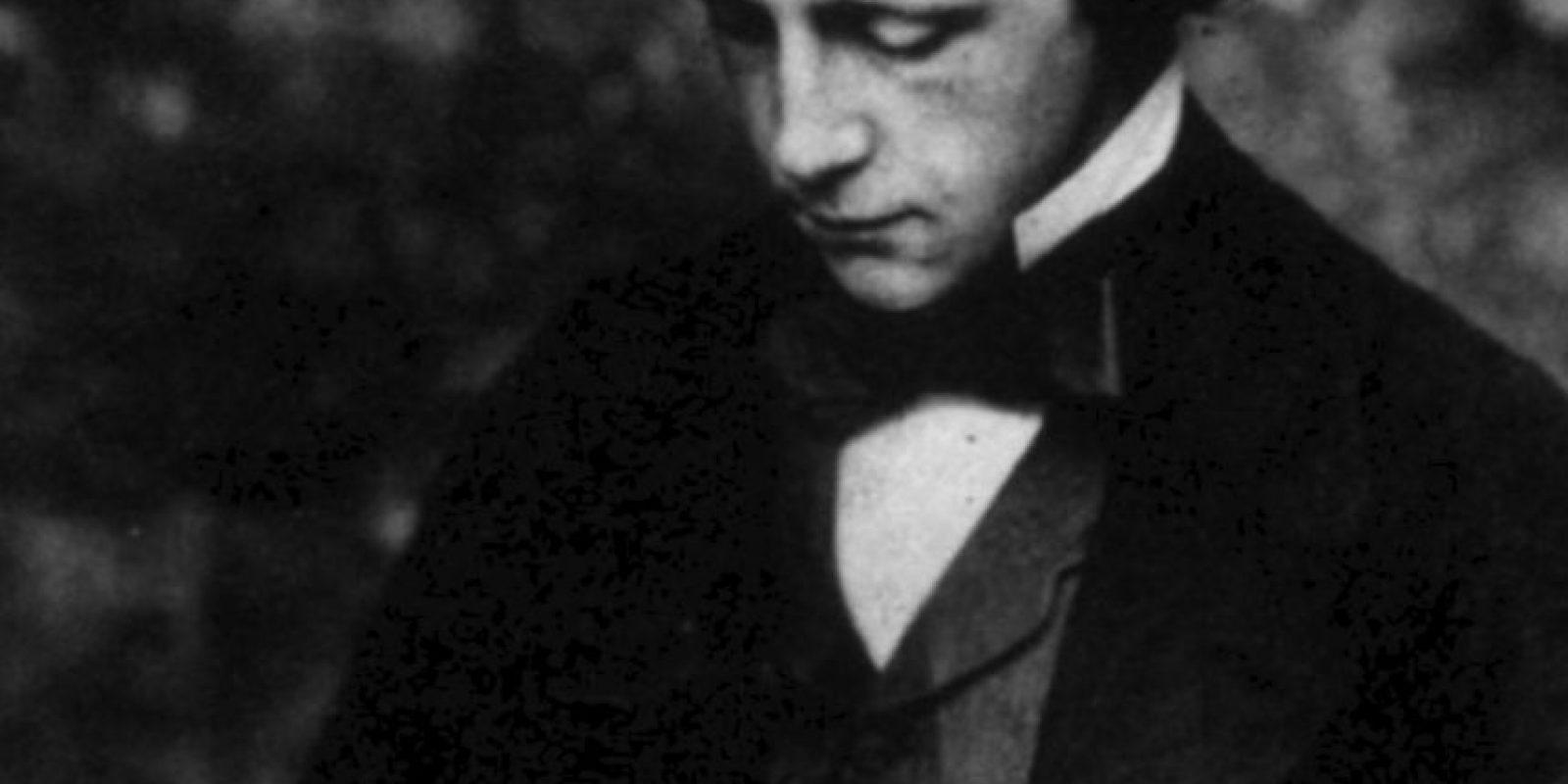"""Lewis Carroll: El creador de """"'Alicia en el País de las maravillas"""" era tímido y nunca se casó. Su musa fue la pequeña Alice Liddell y a un montón de niñas amigas suyas, a las que fotografió en poses que para los estándares de hoy serían bastante impropias para su edad. Foto:vía Getty Images"""