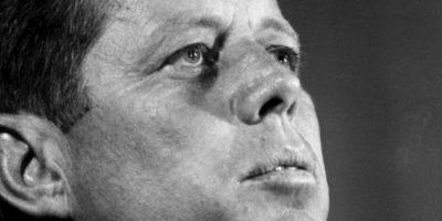 """John F. Kennedy: la historia moderna tumbó el mito de """"Camelot"""". El expresidente fue un mujeriego compulsivo y decían que tenía una completa adicción al sexo. Mimi Gelford, becaria en ese entonces de la Casa Blanca, relató en un libro cómo fue que el presidente tomó su virginidad en su cama matrimonial- Foto:vía Getty Images"""