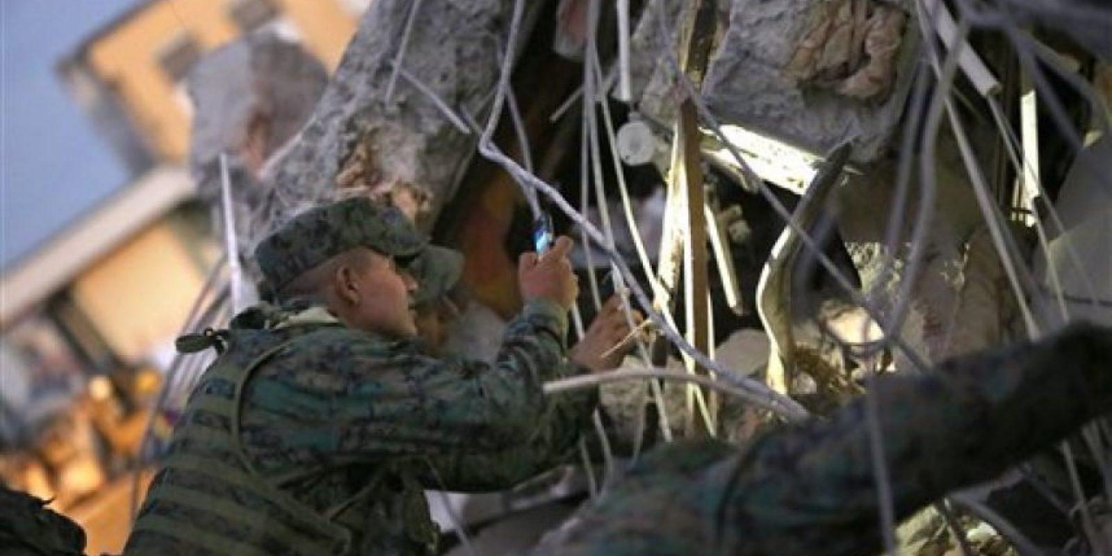 Militares y organizaciones de diferentes tipos buscan sobrevivientes Foto:AP