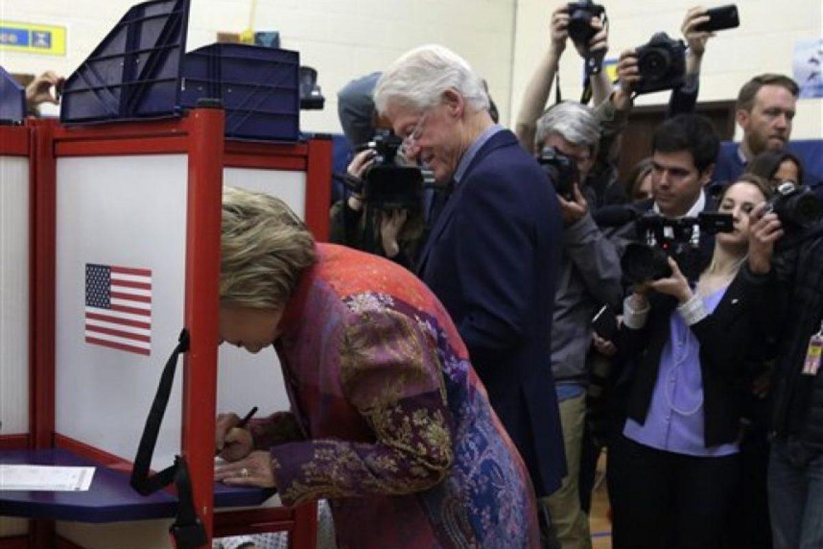 La demócrata fue a votar en compañía de su esposo Foto:ap