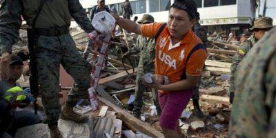 Decenas de personas trabajan en las labores de rescate Foto:AP