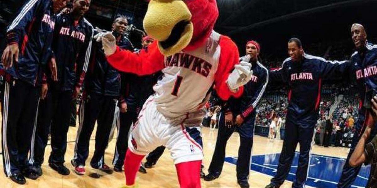 VIDEO: Sufre dolorosa caída mascota de los Hawks de Atlanta