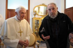 Es el único presidente excomulgado que se ha reunido con tres papas: Juan Pablo II (1998), Bendecito XVI (2012) y Francisco (2015). Foto:Getty Images