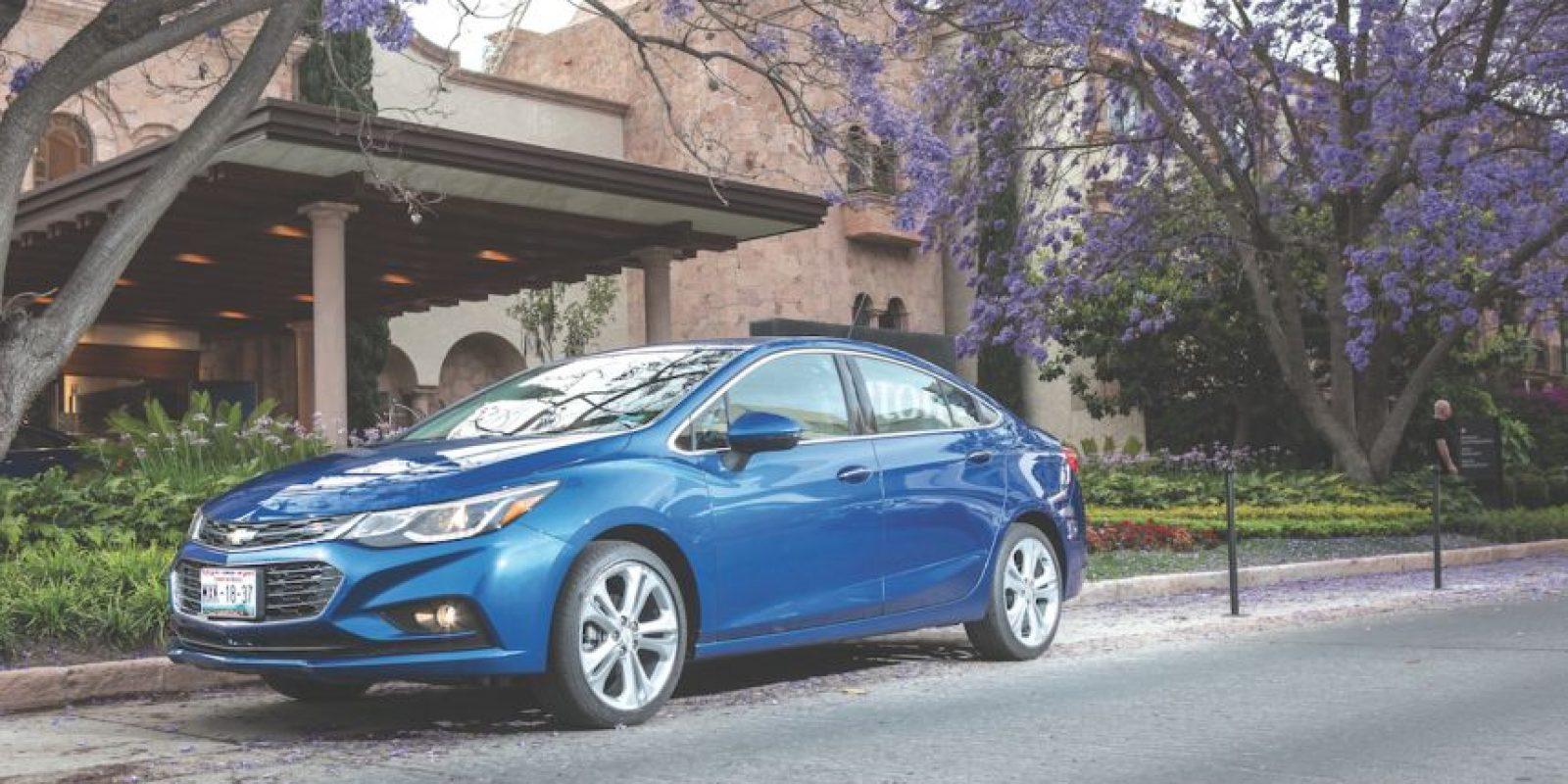 El nuevo Chevrolet Cruze cuenta con un frente mucho más afilado, lo que le permite una mejor aerodinámica y por ende, mejor consumo de combustible.