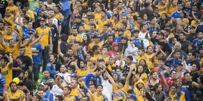 Un gran número de aficionados se involucraron en una riña campal. Foto:Mexsport
