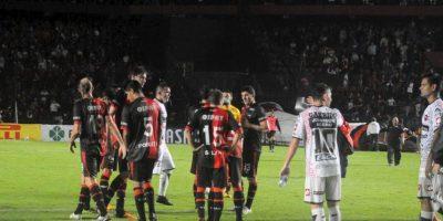 Hinchas apedrean a jugadores de su equipo por malos resultados Foto:Vía facebook.com/ColonOficial