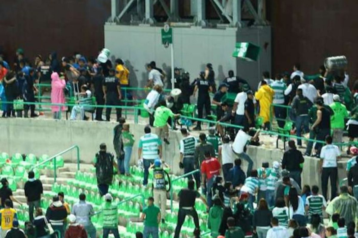 Se armaron los trancazos en el estadio de Santos. Foto:Archivo