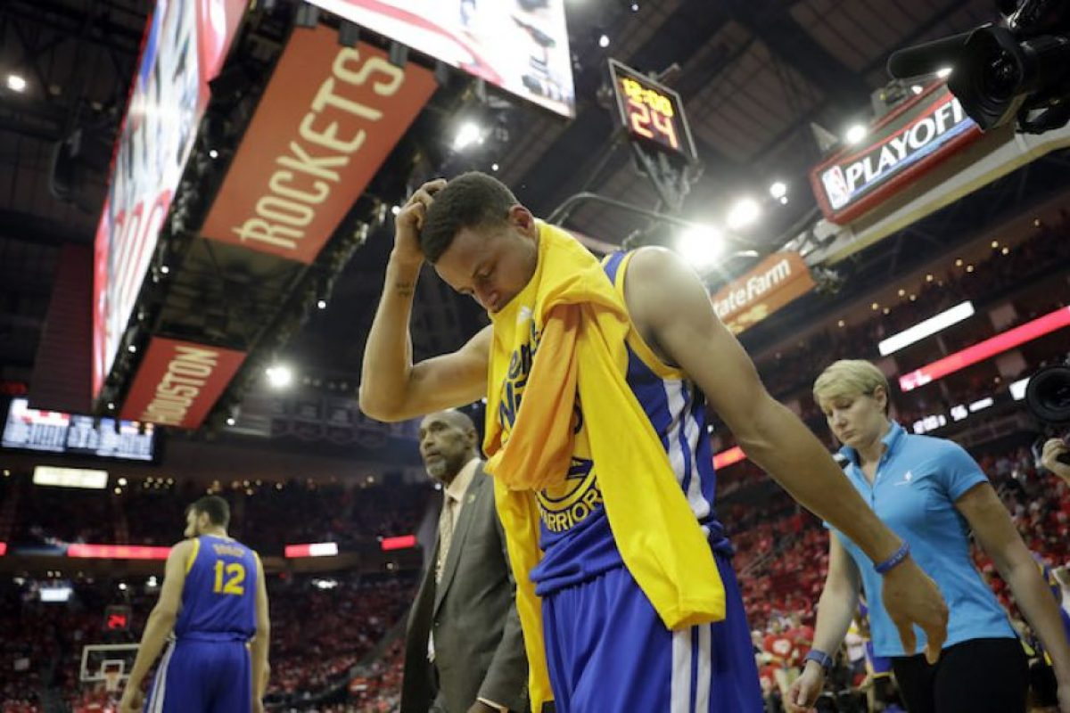 VIDEO: Warriors ganan pero… ¡Curry se vuelve a lesionar! Foto: AP
