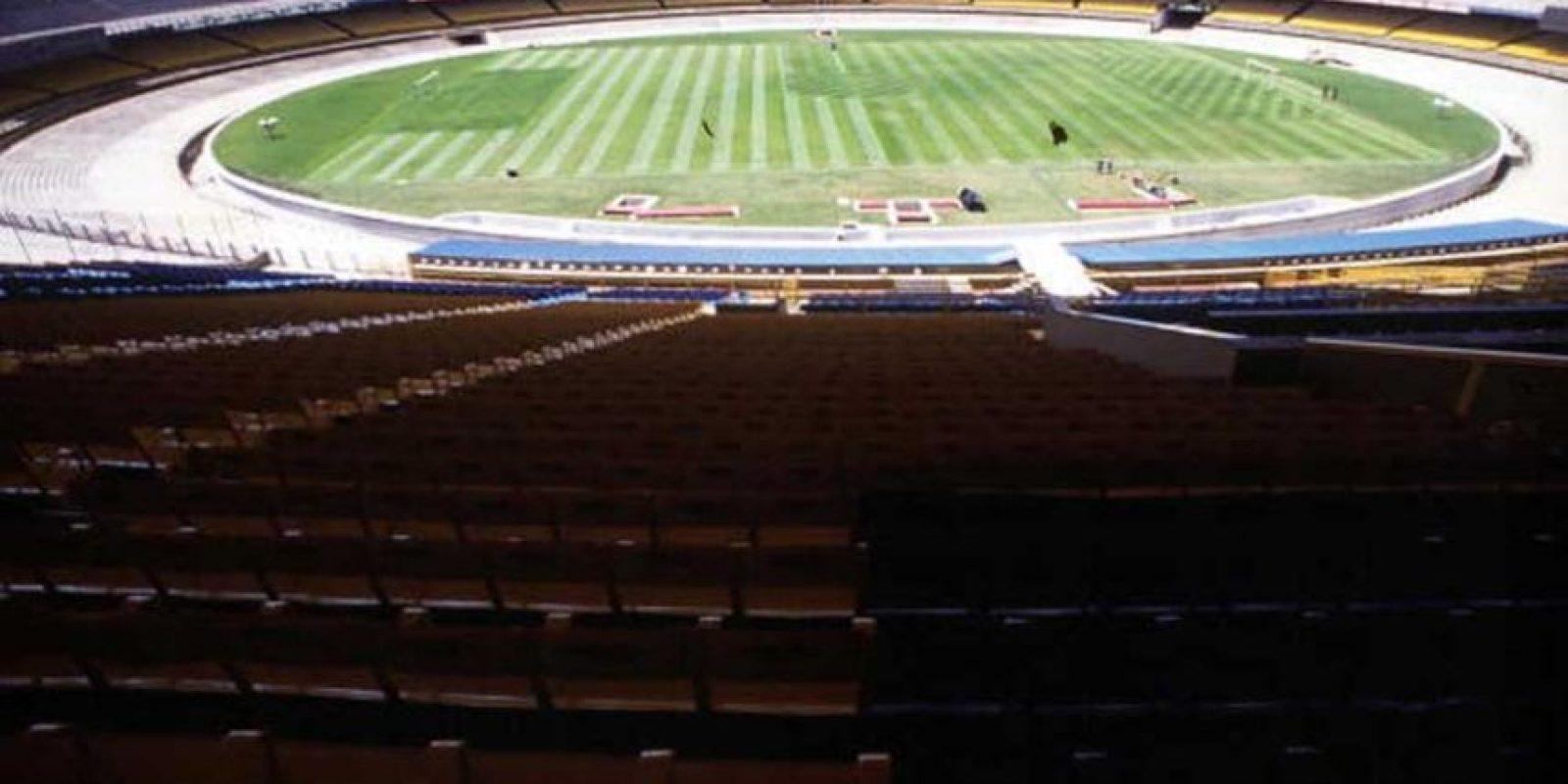 """Cuando """"La Roja"""" perdía 1-0, fue lanzada una bengala al terreno de juego y el arquero simuló haber sido herido por ella provocando el veto del estadio. La realidad fue que él mismo se cortó la ceja por lo que fue suspendido de por vida. Foto:Getty Images"""