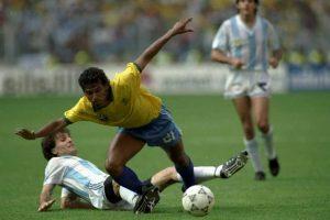 Durante el Brasil vs. Argentina de Italia 90 en octavos de final, el cuerpo técnico argentino colocó sedante a varias botellas de agua que llevaron a la cancha. Foto:Getty Images
