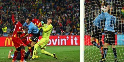 5. Tras un empate 1-1 en tiempo regular, Uruguay y Ghana se fueron a tiempos extras en cuartos de final de Sudáfrica 2010 y a pocos minutos del final, Luis Suárez evitó con la mano un gol cantado de los africanos. Foto:Getty Images