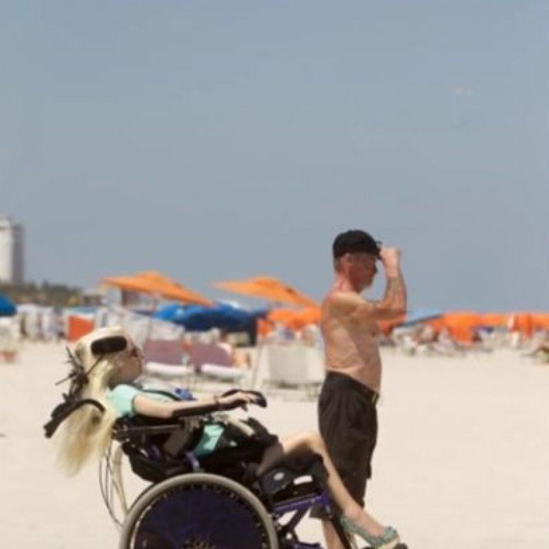 """""""Mi vida cambió cuando tenía nueve años, así que he puesto mis imágenes en línea para inspirar a otras personas que tienen lesiones en la médula o que viven con enfermedades debilitantes y me niego a creer que no voy a caminar de nuevo"""". Foto:Vía Youtube/Jasmin Britney"""
