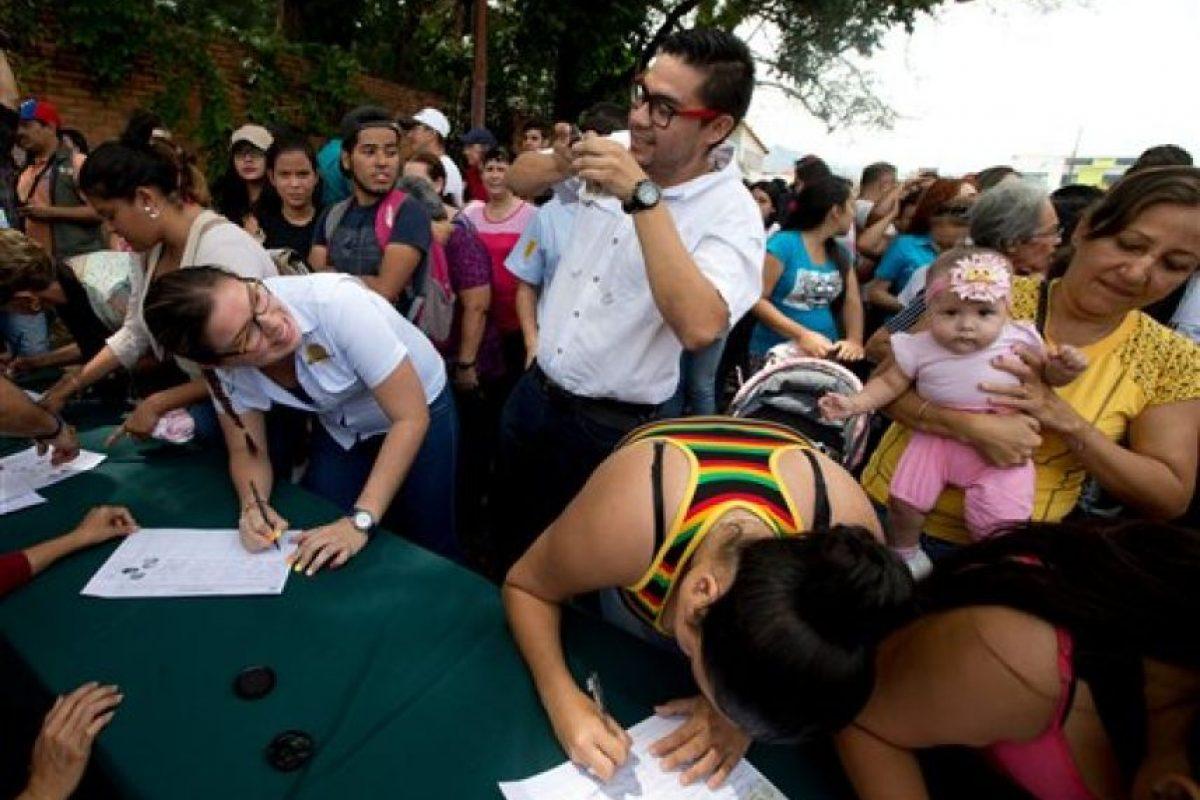 Miles de personas se congregaron para comenzar las firmas Foto:ap