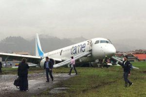 La aeronave se desplazó hacia la cabecera sur de la terminal y terminó en el césped inclinada hacia atrás con su parte baja pegada al piso. Foto:Twitter