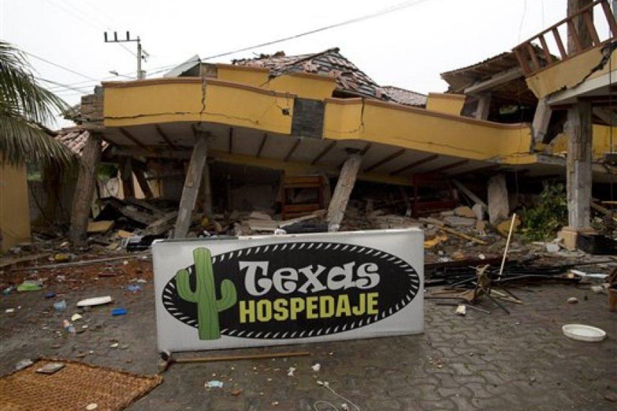 Esta imagen, tomada el 24 de abril de 2016, muestra el cartel que anuncia el Texas Hospedaje, que originalmente estaba en la fachada del hotel y ahora descansa ante la estructura dañada por un terremoto, en Pedernales, Ecuador. El presidente de Ecuador, Rafael Correa, dijo que la reconstrucción tras el sismo del 16 de abril podría costarle al país 3.000 millones de dólares, o casi el 3% de su PIB. Foto:AP
