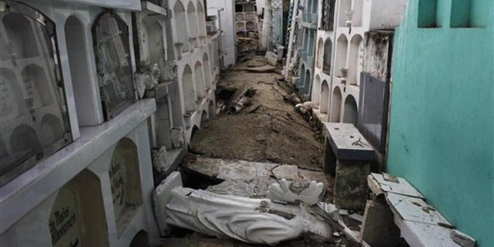 En la imagen, tomada el 18 de abril de 2016, aparece la dañada estatua de un ángel caída sobre el piso de un cementerio tras un potente terremoto de magnitud 7,8, en Portoviejo, Ecuador. El sismo del 16 de abril destruyó o dañó unos 1.500 edificios y dejó a más de 20.000 personas sin hogar, dijo el gobierno. Fue el peor movimiento telúrico en el país desde el de 1949 en el que murieron más de 5.000 personas. Foto:AP